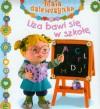 Liza bawi się w szkołę Mała dziewczynka